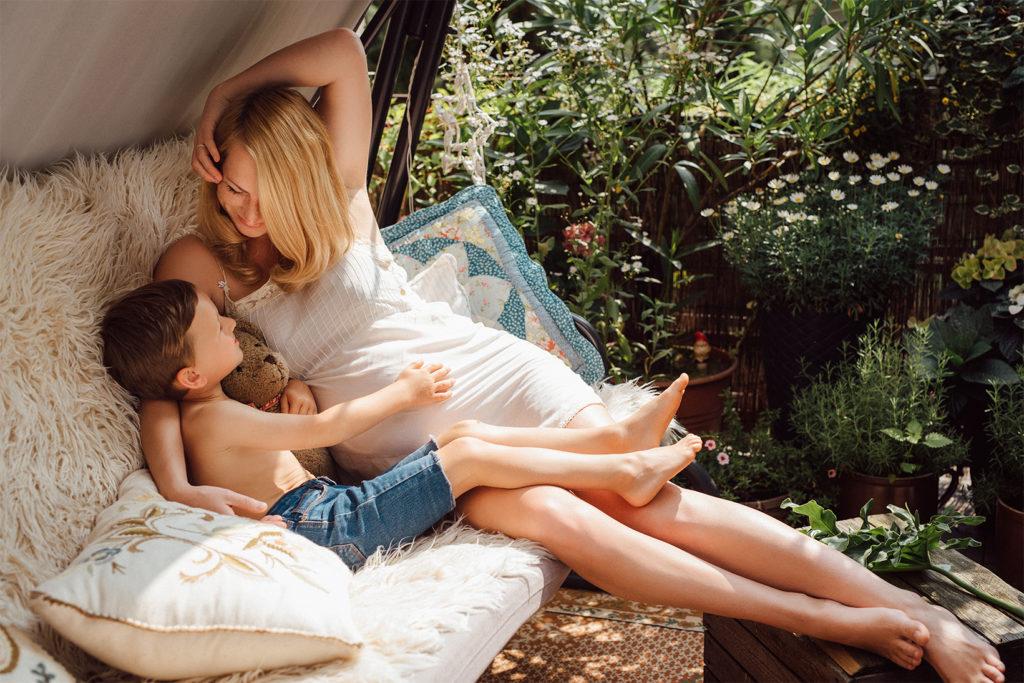 mama z dzieckiem na huśtawce